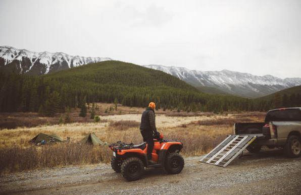 tenue-vetements-quad-sport-sensations-fortes-paysage-montagnes